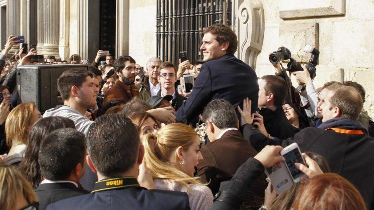 El líder de Ciudadanos, arropado por simpatizantes en Plaza Nueva. Foto: Álex Cámara