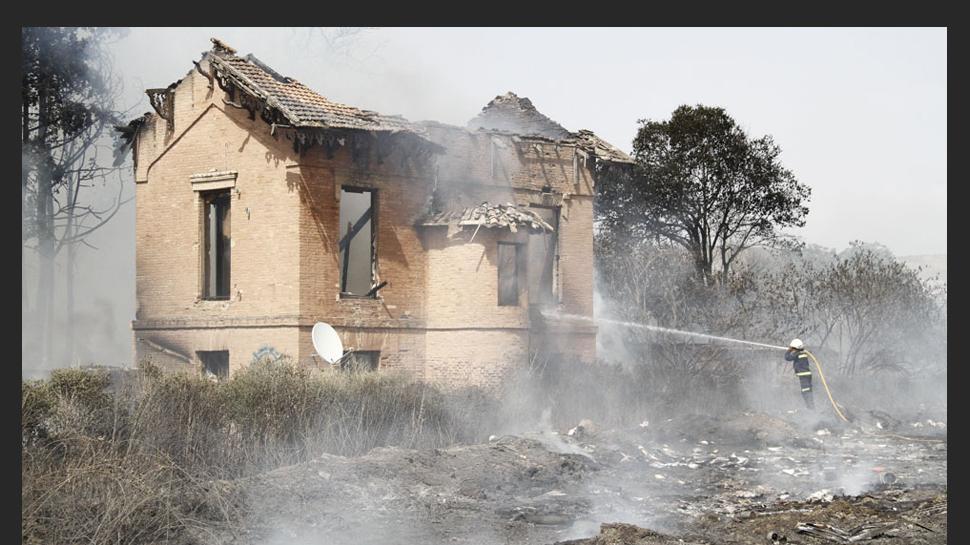 """3 DE AGOSTO. El Ayuntamiento de Granada ha procedido en la mañana de este jueves a derribar algunos de los muros de la planta baja del cortijo abandonado en el que el pasado lunes se registró un incendio que se extendió por la zona de matorral y pasto aledaña. 3 DE AGOSTO. El Ayuntamiento de Granada procedió a derribar algunos de los muros de la planta baja del cortijo abandonado en el que se registró un incendio que se extendió por la zona de matorral y pasto aledaña. Según explicó la concejal de Urbanismo y alcaldesa en funciones, Isabel Nieto, esos días emitió un decreto de actuación urgente en este punto, concretamente en la planta baja y la planta primera porque carecía de tejado y las paredes hacían """"como vela de barco"""". [LEER NOTICIA]"""