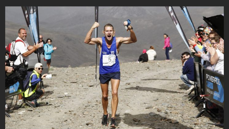 9 DE AGOSTO. El corredor marroquí Abdelkader El Mouaziz, de 46 años, ganador de ocho maratones entre 1994 y 2007, se impuso hoy en la XXXI Subida Internacional Pico del Veleta, al invertir 3 horas, 54 minutos y 47 segundos en los 50 kilómetros y 2.600 metros de desnivel positivo que separan la ciudad de Granada del emblemático pico de Sierra Nevada. El Mouaziz, que participó con Marruecos en los Juegos de Atlanta 96 y Sidney 2000, fue segundo el año pasado en esta misma carrera. En esta ocasión, el ganador de los maratones de Nueva York (2000) y Londres (1999 y 2001) se despegó de sus rivales en el kilómetro 15 de la subida y ya mantuvo una cómoda distancia que nunca vio peligrar. [LEER NOTICIA]