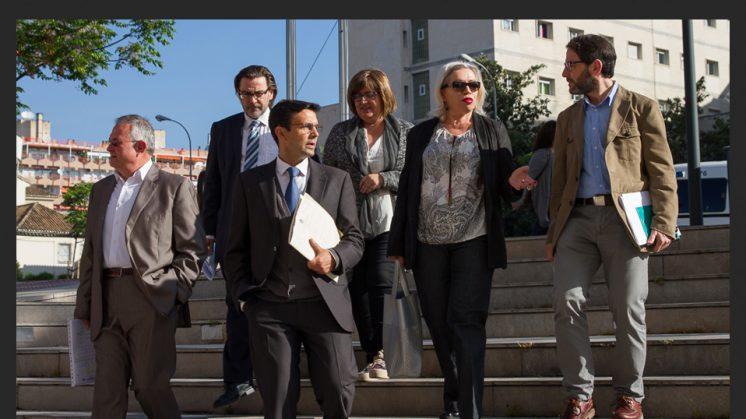 """27 DE ABRIL. Los ocho ediles socialistas imputados por denuncia falsa han asegurado a su entrada a los Juzgados este lunes que confían en el archivo de la causa tras su comparecencia, pero que """"es la Justicia la que debe tomar la decisión""""."""
