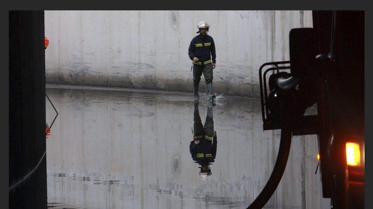 30 DE SEPTIEMBRE. La tormenta caída sobre Granada capital en la madrugada de este miércoles ha dejado acumulados hasta 25 litros por metro cuadrado en una hora, según han informado a ahoraGranada fuentes de la Agencia Estatal de Meteorología. La acumulación de agua ha ascendido en concreto a 25,4 litros por metro cuadrado en la estación que la Agencia Estatal tiene en el Aeropuerto de Granada, mientras que en la Cartuja la acumulación ha ascendido a 21,6 litros por metro cuadrado. Desde el Centro Coordinador de Emergencias 112 de Andalucía han recibido alrededor de medio centenar de llamadas procedentes de la capital, la gran mayoría por anegaciones de bajos y cocheras.