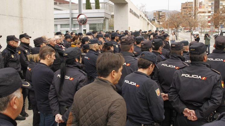 Los compañeros de Jorge García en Granada han querido transmitir sus condolencias a la familia de la víctima con un emotivo minuto de silencio. Foto: Álex Cámara