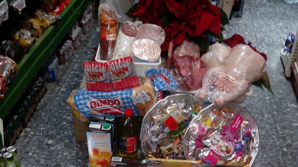 Un total de 70 familias de Armilla reciben un lote especial de alimentos con productos navideños
