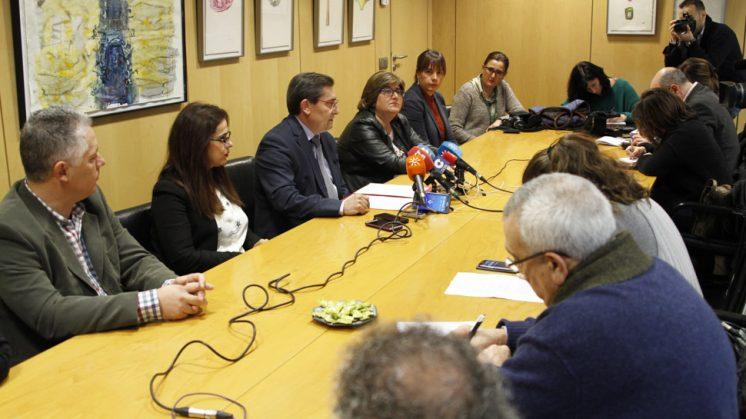 El presidente de Diputación, José Entrena, junto a los diputados de su grupo, durante el desayuno informativo de este miércoles. Foto: Álex Cámara