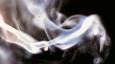 Los niños 'tragan' más humo desde que entró en vigor la Ley Antitabaco porque sus padres fuman más en casa