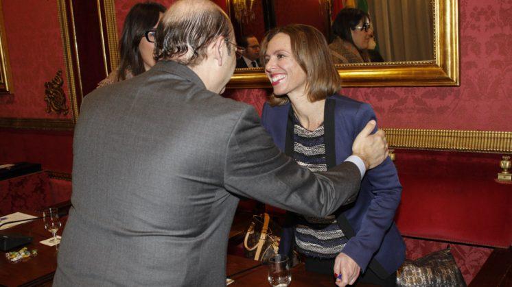 Rocío Díaz recibe el afecto del presidente provincial del partido, Sebastián Pérez, durante un pleno. Foto: Álex Cámara