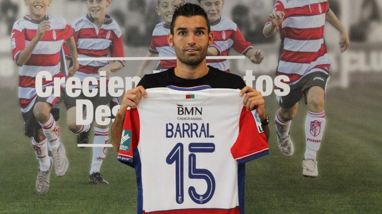 David Barral posa con su camiseta del Granada CF, donde lucirá el dorsal 15. Foto: Álex Cámara