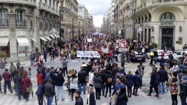 Centenares de personas reivindican la libertad de expresión y la retirada de cargos a los titiriteros detenidos