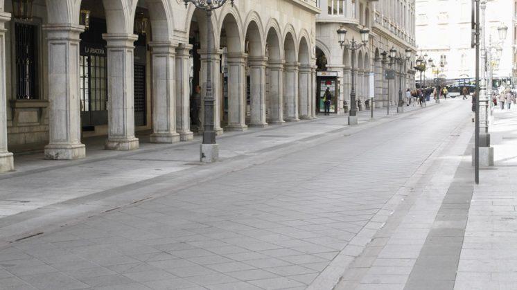 Los maceteros han sido retirados de esta vía granadina. Foto: Álex Cámara