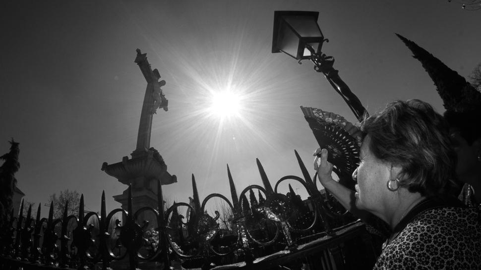 Dice el ritual granadino que cada Viernes Santo, ante el Cristo de los Favores, los granadinos van hasta el Campo del Príncipe, a rezarle y a pedirle tres favores y de los que al final del año, antes de que vuelva a llegar el próximo Viernes Santo, al menos uno de ellos se habrá cumplido. Con esa fe es con la que miles de personas se dan cita, haga frío o calor, un sol de justicia o esté nublado. La devoción por el crucificado pétreo de este enclave realejeño es tal que quienes creen no quieren fallar ni un solo año. Foto: Álex Cámara