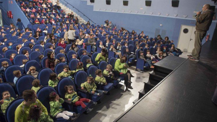 Niños llegados de diferentes puntos de la provincia han podido disfrutar del teatro en Armilla. Foto: aG