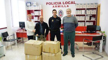 La Policía Local dona a la ONG 'Armilla Solidaria' ropaincautada en el mercadillo