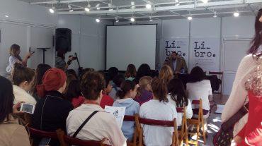 Más de cien escolares granadinos leen a Cervantes y a Shakespeare en un maratón de lectura en la Feria del Libro