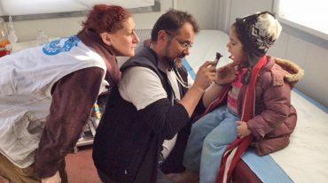 El médico Pablo Simón explica su experiencia con los refugiados en Lesbos en una conferencia en La Zubia