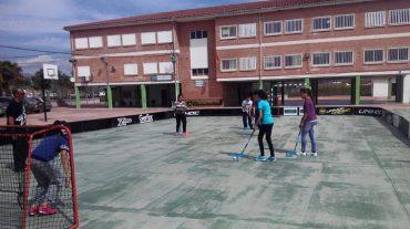 Más de 500 escolares de Fuente Vaqueros practican 'foorball' o 'unihockey' en sus centros educativos