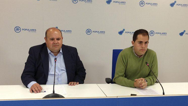 El portavoz del grupo popular en la Diputación, José Robles,  junto al alcalde de Dílar, José Ramón Jiménez en la sede del PP provincial. Foto: aG