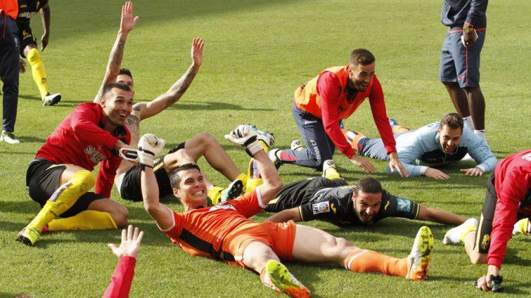 Los jugadores granadinistas celebran la victoria ya sobre el césped del Pizjuán. Foto: Álex Cámara