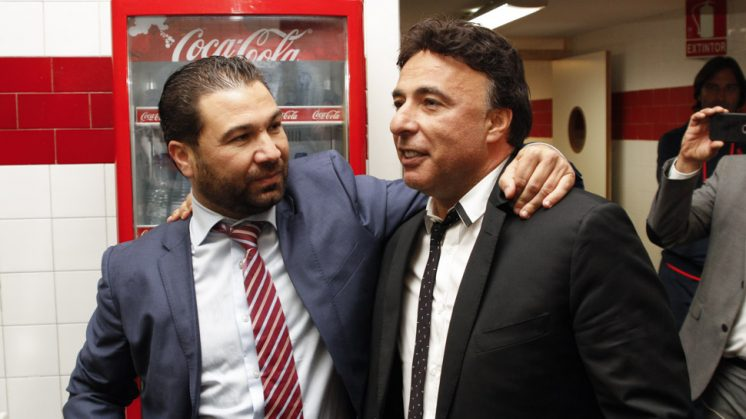 Cordero abraza a Pina a la conclusión del partido. Foto: Álex Cámara