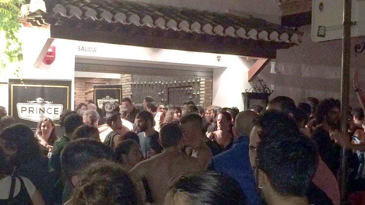 La gente se agolpó en la entrada cuando fue desalojada. Foto: J.B.R.