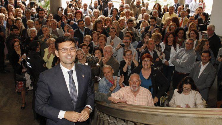 El nuevo alcalde de Granada, Francisco Cuenca, se ha unido al público que ha visto en directo el transcurso del pleno de investidura. Foto: Álex Cámara