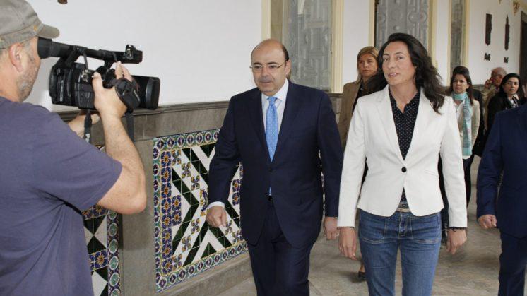 La secretaria general del PP-A, Loles López, acompañada del presidente provincial del PP, Sebastián Pérez. Foto: Álex Cámara