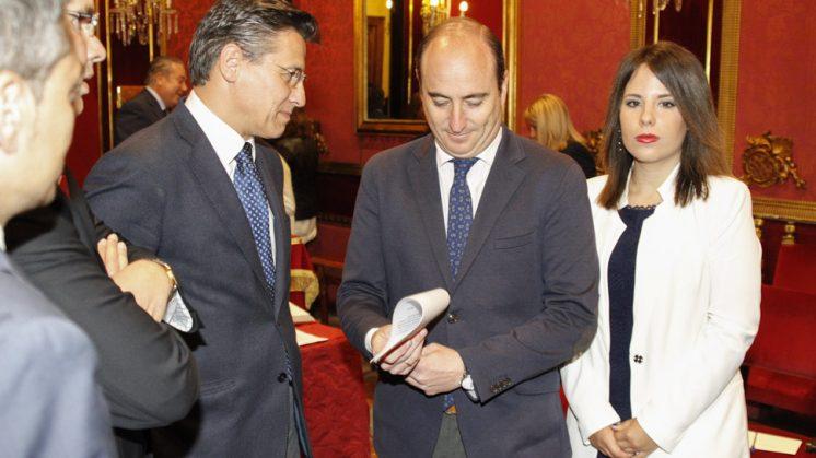 Luis Salvador conversa con Juan García Montero antes del inicio del pleno. Foto: Álex Cámara