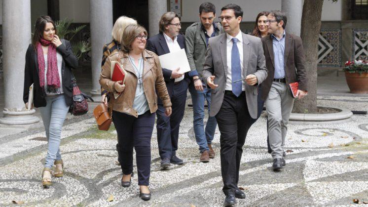 El alcalde de Granada, Francisco Cuenca, atraviesa el Patio del Ayuntamiento de Granada acompañado por el nuevo equipo de Gobierno. Foto: Álex Cámara