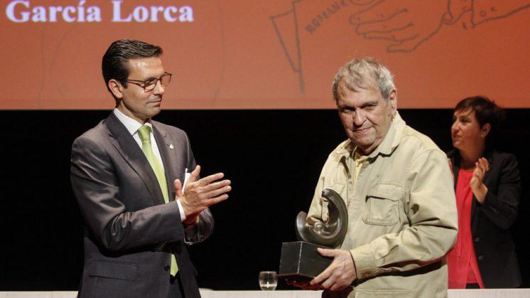 El alcalde de Granada, Francisco Cuenca, aplaude al XII Premio Lorca de Granada, Rafael Cadenas. Foto: Álex Cámara
