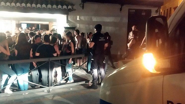 La Policía Local fue requerida por algunos asistentes. Una ambulancia también se personó en el lugar. Foto. M. L.