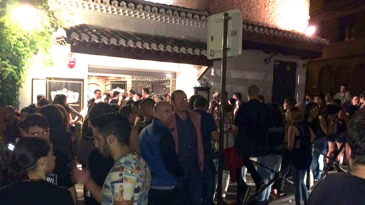 Los asistentes al concierto se agolparon en las inmediaciones de la sala. Foto: J. B. R.