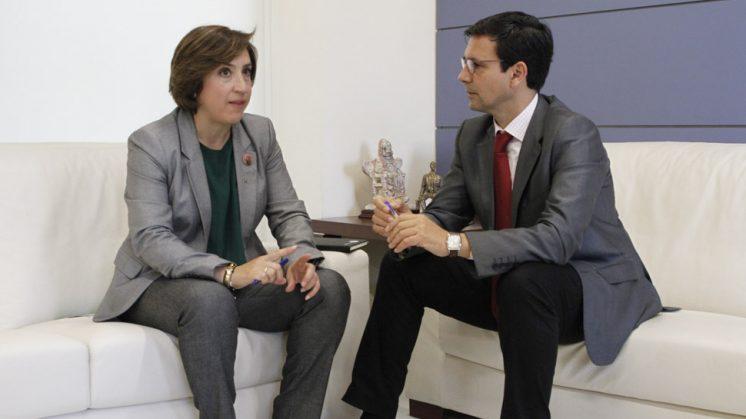 El alcalde de Granada, Francisco Cuenca, junto a la delegada del Gobierno andaluz en Granada, Sandra García, en la visita institucional de este lunes. Foto: Álex Cámara