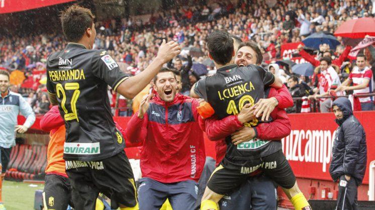 Los jugadores granadinistas celebran el primer gol de Cuenca. Foto: Álex Cámara