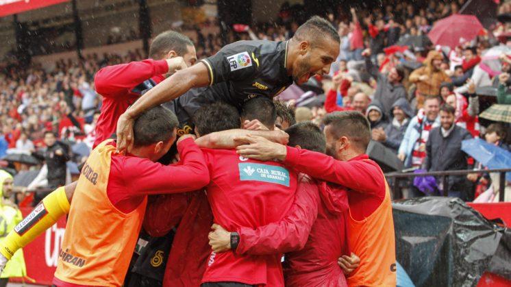 Los jugadores del Granada CF celebran uno de los goles en el Pizjuán. Foto: Álex Cámara