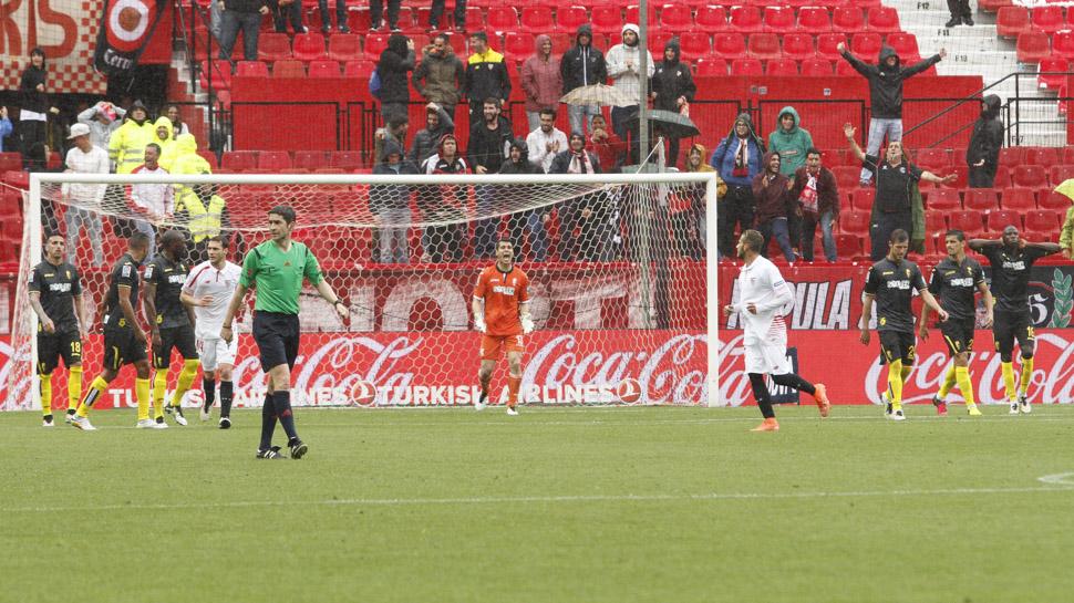 03 GOL DEL EMPATE QUE NO DESMORONA. El Granada CF sufrió en el Pizjuán cuando el Sevilla hizo el tanto del empate, en la segunda parte. Pero el equipo no se desmoronó, todo lo contrario, dio un paso adelante para buscar otro gol que desbaratara las tablas en el marcador. El empate no le servía de nada.