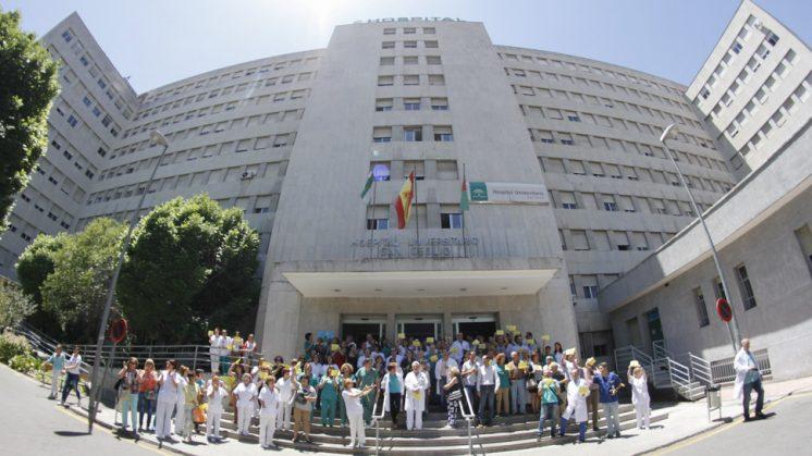 Concentración de los trabajadores del Hospital Clínico a sus puertas, este viernes. Foto: Álex Cámara