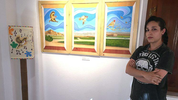 La joven Natalia Ruiz, junto a una de sus obras preferidas. Foto: Luis F. Ruiz