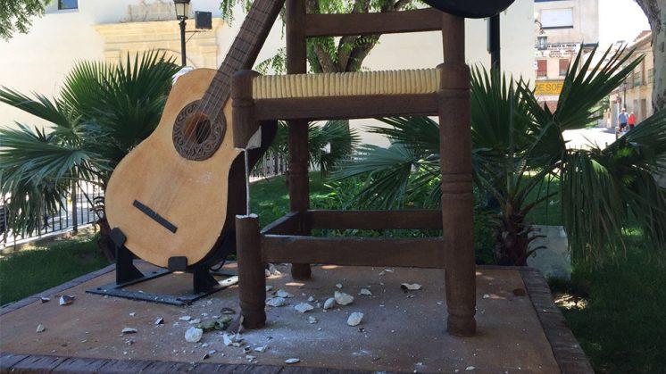 Así ha quedado el monolito situado en Plaza Baja. Foto: aG