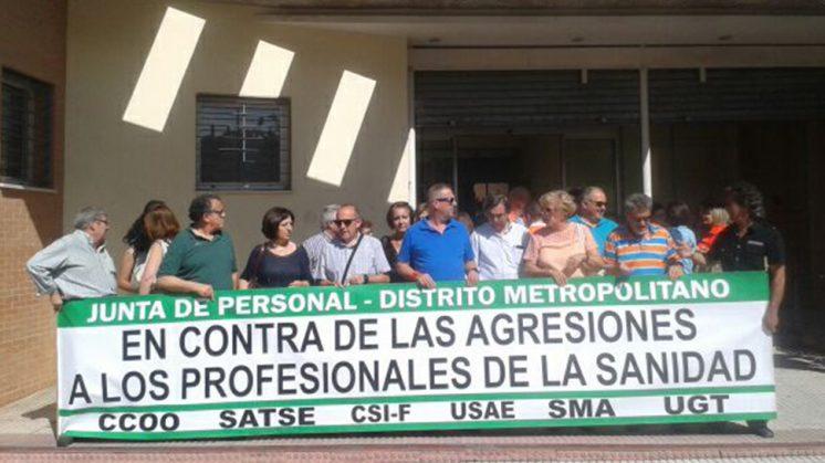 Los representantes sindicales a las puertas del Centro de Salud de La Chana donde se produjo el incidente. Foto: aG