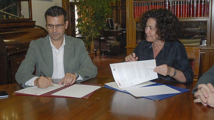 El alcalde de Granada, Francisco Cuenca, y la rectora de la UGR, Pilar Aranda, durante la firma del convenio. Foto: Javier Algarra