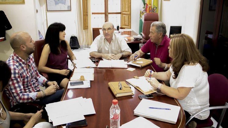 El alcalde (en el centro), junto a parte del equipo de Gobierno. Foto: Ayuntamiento