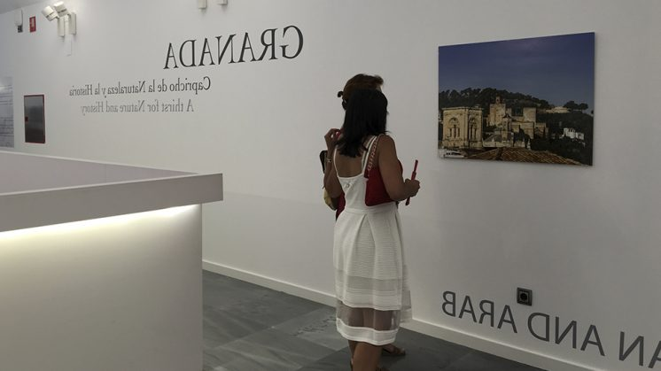 La exposición, se estructura en cuatro grupos de fotografías centrados en elementos como el agua, la luz, las culturas que convivieron en la ciudad, o ciertos rincones y espacios con encanto. Foto: aG