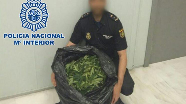 Una vez alcanzaron al hombre, los agentes comprobaron que sus ropas desprendían un fuerte olor a marihuana. Foto: Policía Nacional