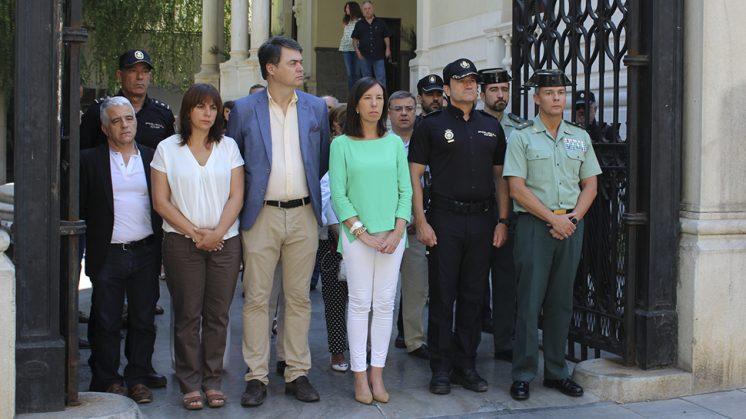 La subdelegada del Gobierno en Granada en funciones, Eva Blanco, acompañada de miembros de la Guardia Civil, Policía Nacional, diputados por Granada y personal de la Subdelegación y de la Administración General del Estado. Foto: aG