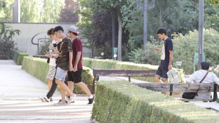 El Parque Federico García Lorca es uno de los lugares donde los jóvenes granadinos se dan cita para cazar a sus pokemon. Foto: Álex Cámara