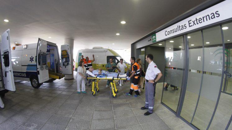Profesionales sanitarios ayudan al cambio de camilla de los pacientes para ingresarlos en planta. Foto: Álex Cámara