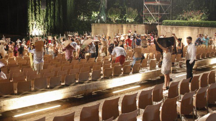 Los asistentes intentaron resguardarse de la lluvia con las butacas. Foto: Álex Cámara