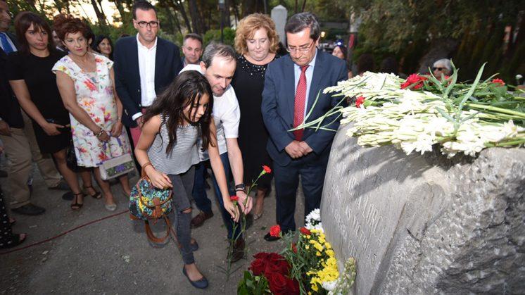 Francisco Parejo, familiar de víctimas de la represión, ha participado en la ofrenda a la entrada del parque. Foto: Julio Grosso (Dipgra)