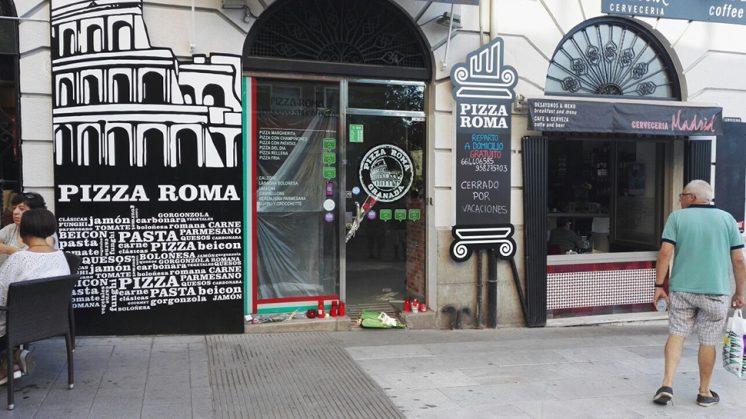 Un cartel de 'Cerrado por Vacaciones' permanece en la puerta del establecimiento. Foto: Manu Torres