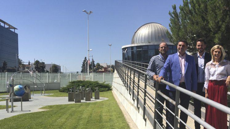El pasado año la jornada en torno a las 'lagrimas de San Lorenzo' en colaboración con el Instituto Andaluz de Astrofísica registró una afluencia de un millar de personas. Foto: aG
