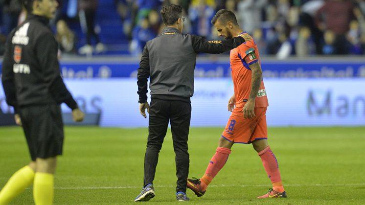 Javi Márquez se retira cabizbajo tras sufrir la derrota. Foto: LOF